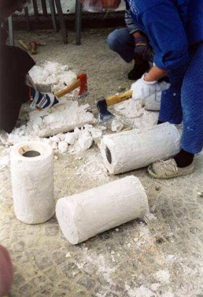 Entformung - Zerstören der Verlorenen Form, Gips-Schamotteform wird aufgeschlagen